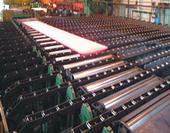 使用中的热轧厚板生产线的链式冷床,我公司生产各种轧钢机械,常年生产有各种轧钢生产线、热轧带钢生产线、棒材生产线、万能轧机机组、短应力轧机机组、H型钢轧钢机械、中宽带钢轧钢机械、高刚度轧机、轧机辊系、轧机辊道、轧钢机械减速机、螺旋伞齿轮减速机、炉门卷扬机、轧钢机械锁紧装置、各种大型联轴器、轧钢机械轴承座等轧钢机械、轧钢设备、冶金备件、配件。轧钢机械厂家科汇重工机械制造有限公司生产的轧钢机械工艺先进,设计合理,节能高效,欢迎光临惠顾!我公司拥有专业轧钢机械设计、制造、调试等方面的高级工程师团队,可以独立设计、生产、安装、调试各种冶金设备、轧钢机械、各类轧钢生产线,热轧带钢生产线,热轧带钢轧机机组,各类轧钢机械辅机、轧钢机械配件等产品;并能够对钢铁厂的旧生产线予以改造、优化,以提高钢铁厂的生产产品的品位和产品精度。我公司已成功为邯郸钢铁集团、河北文丰钢铁、武安烘熔钢铁、新兴铸管2672工厂、天津铁厂、唐山国丰钢铁、唐山建龙钢铁、天津轧一制钢、天津荣程联合钢铁集团、天津天重中直科技工程有限公司、天津市中重科技工程有限公司、天津津重重型机械厂等二十多家企业生产各类设备及配套产品。欢迎各地轧钢厂等相关企业与我们联系洽谈各类合作事宜!